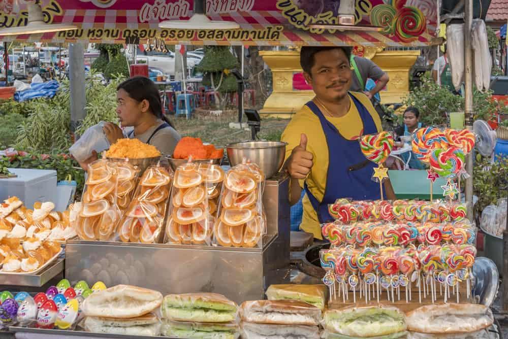 Verkäufer an seinem Süssigkeitenstand - Der kleine Hunger der Thailänder