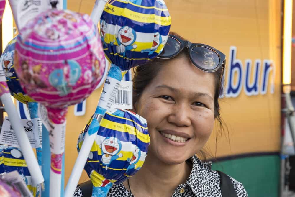 Thailänderin mit Riesenloli