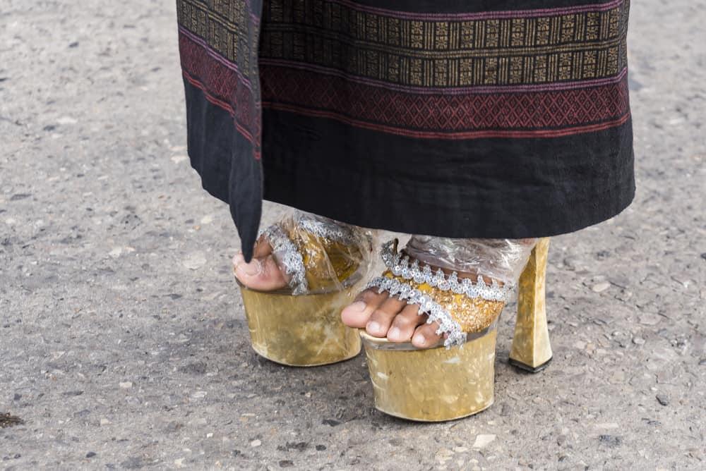 Schuhe mit 15 cm Absätzen bei Festumzug