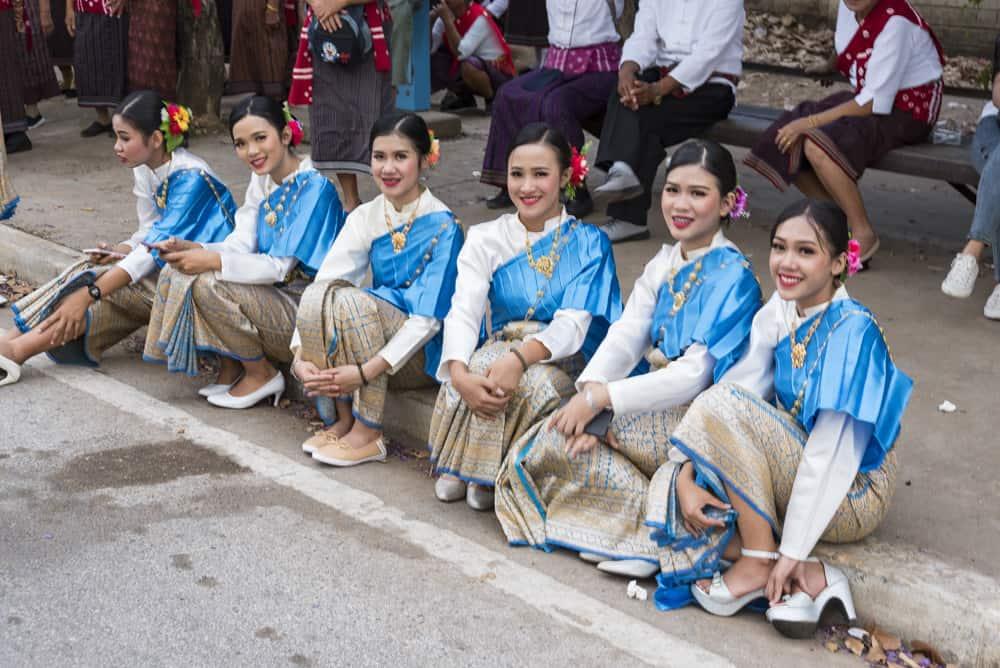 Gruppe hübscher Thailänderinnen sitzen auf dem Bordstein