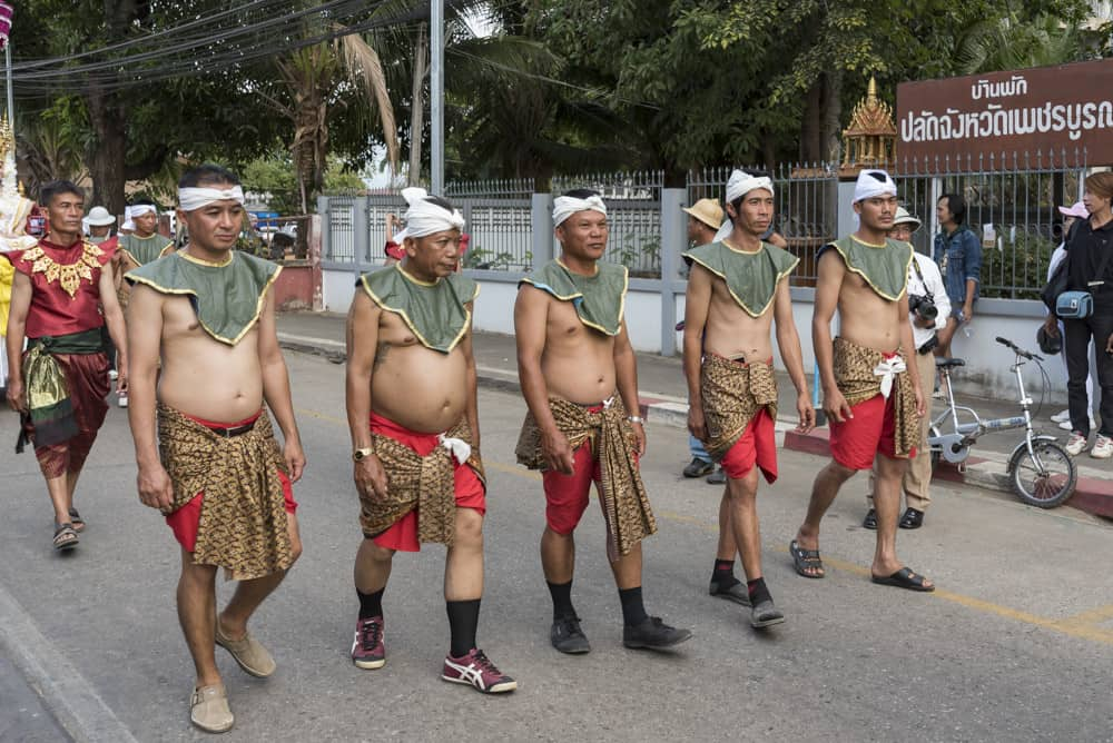 Thailändische Männer mit freiem Oberkörper mit etwas mehr Bauchspeck