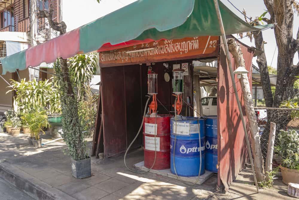Kleine Holzbude als Tankstelle in Thailand