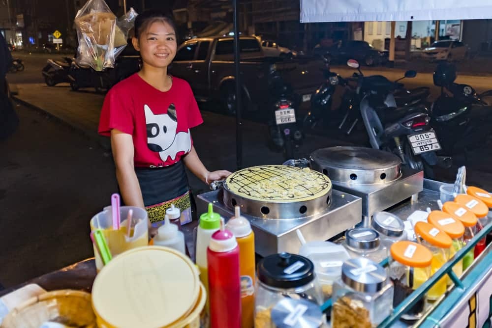 Crepesverkäuferin hinte ihrem Stand