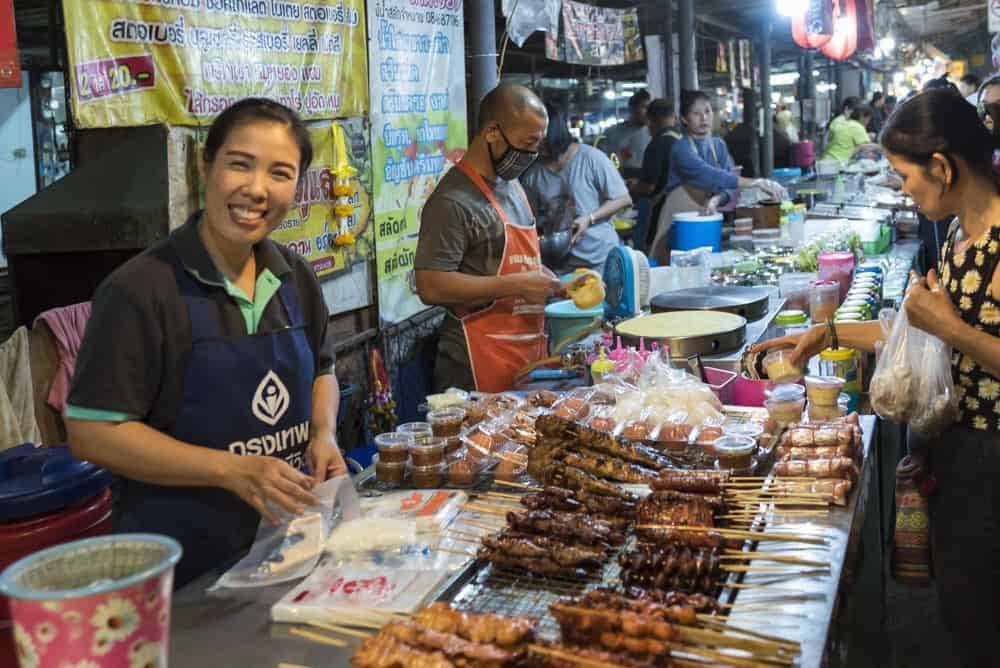 Verkäuferin mit Fleischspieße