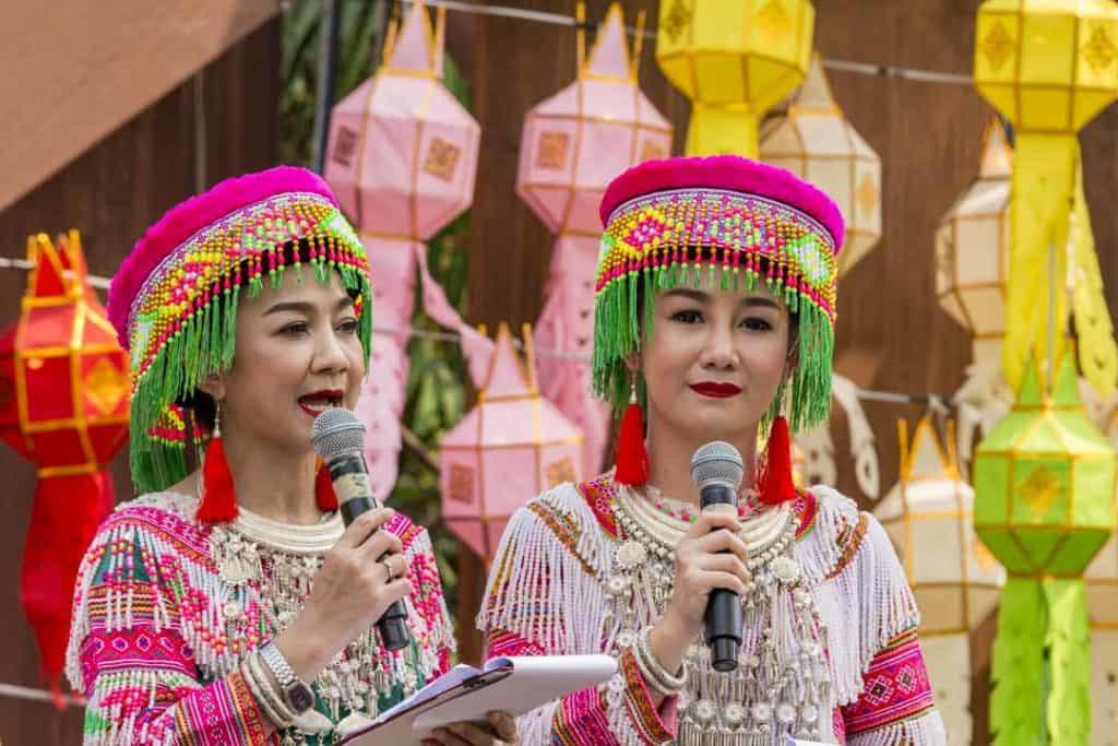 Thailändische Frauen im Landestracht