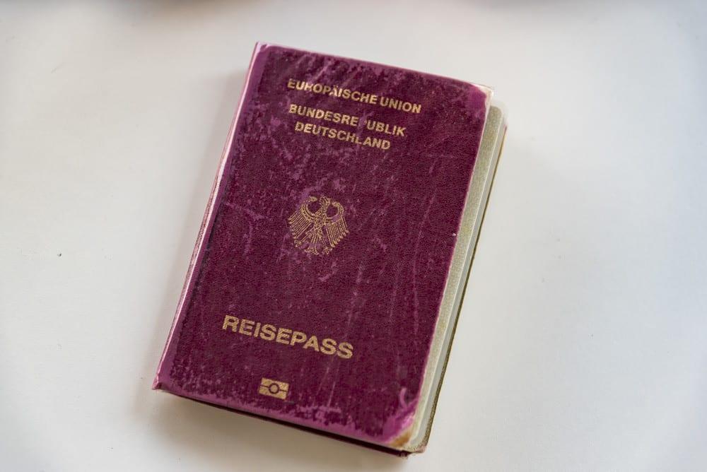 Reisepass der in Folie eingeklebt ist