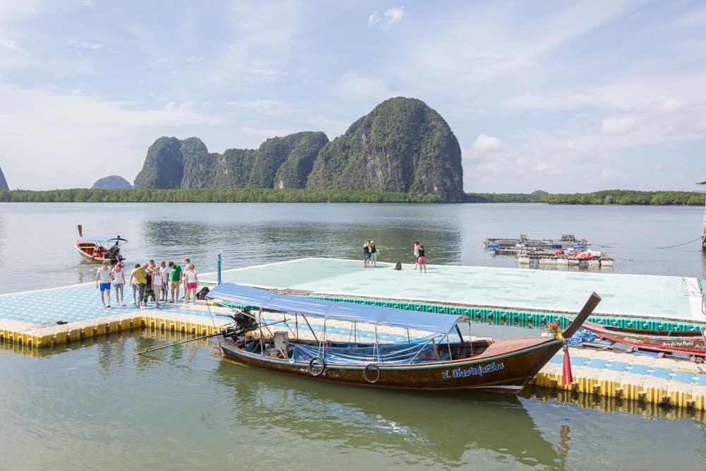 Schwimmendes Fußballfeld im Süden Thailands