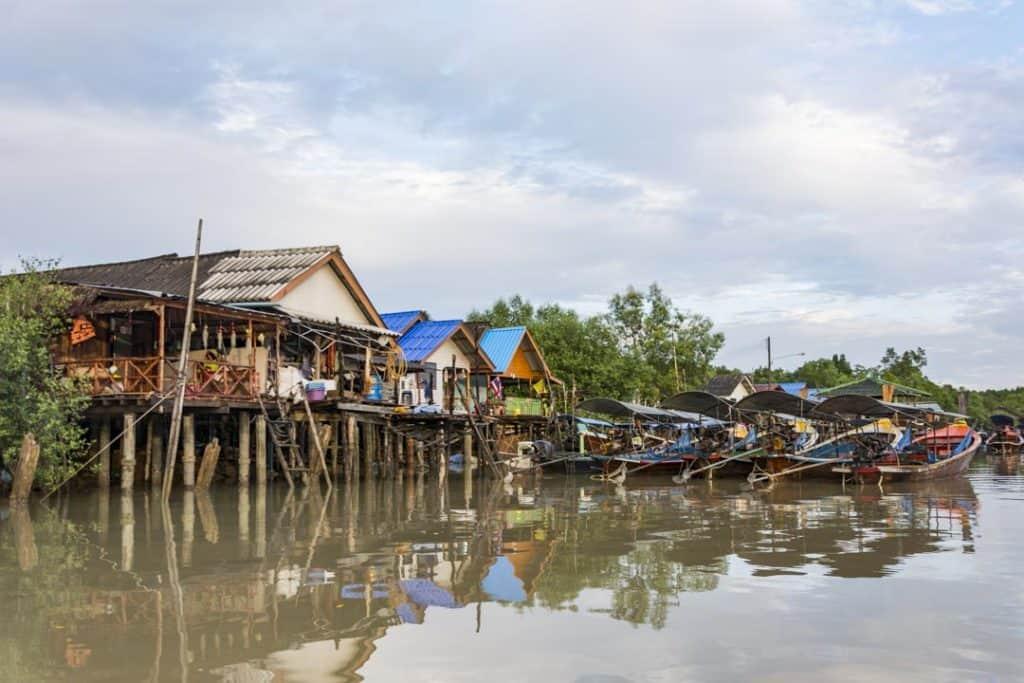 Thailändisches Dorf am Morgen