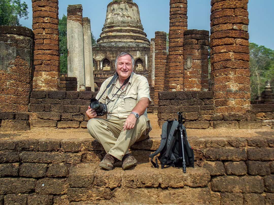 Fotograf und Weltreisender Reiner Kerner sitzt auf den Treppen von Wat Chang Lom in Si Satchanalai
