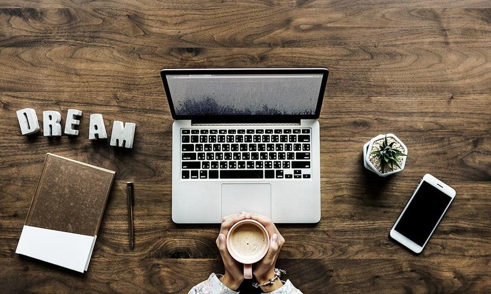 Computer mit Kaffeetasse