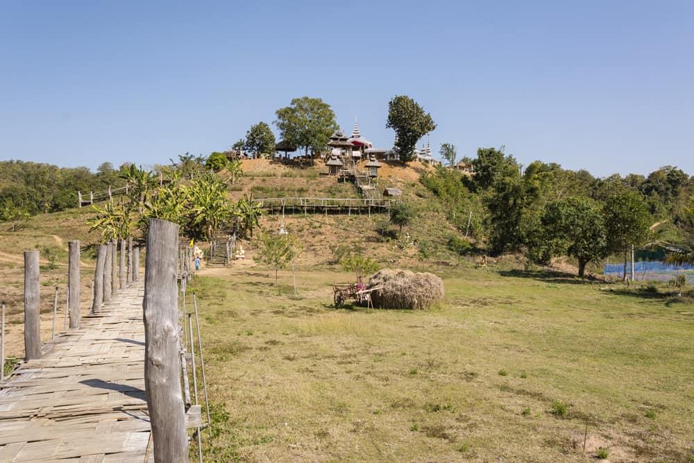 Der Bergtempel ist das Ziel der Bambusbrücke und eines der Sehenswürdigkeiten rund um Mae Hong Son und Pai