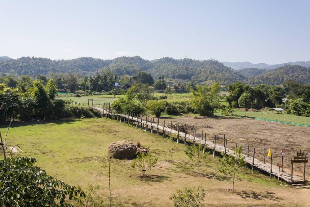 Die Bambus-Brücke mit der Ebene gehört zu den Sehenswürdigkeiten rund um Mae Hong Son und Pai