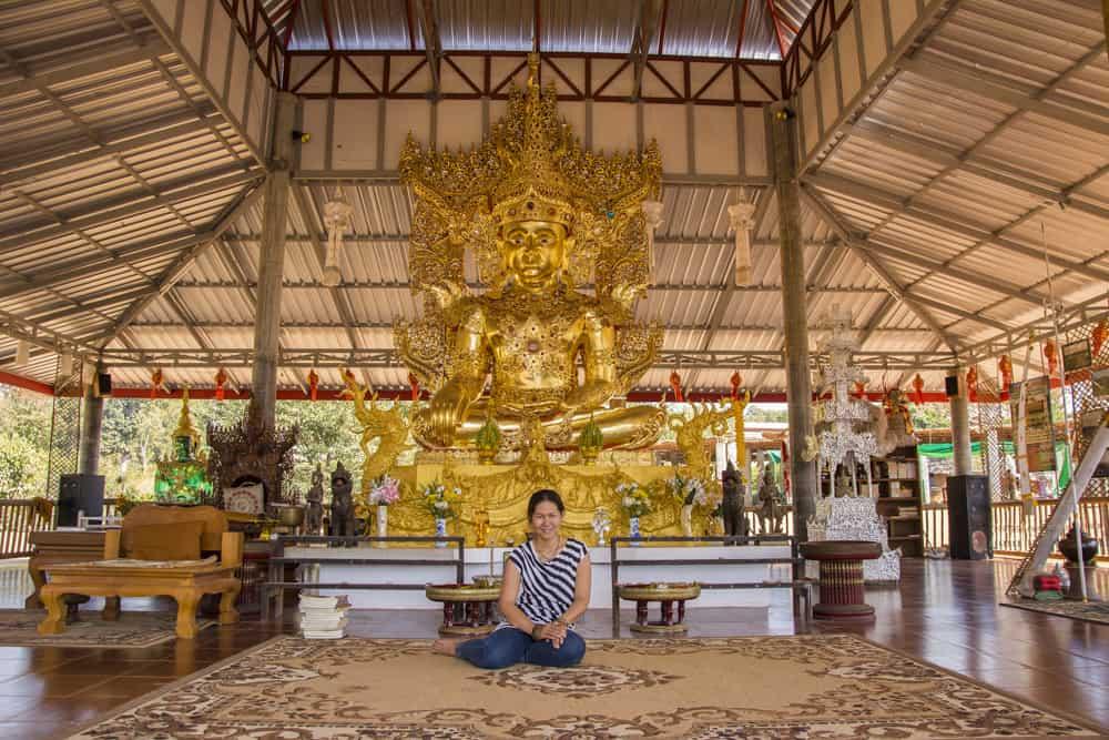 Sitzender Buddha im kleinen Bergtempel an der Bambus-Brücke