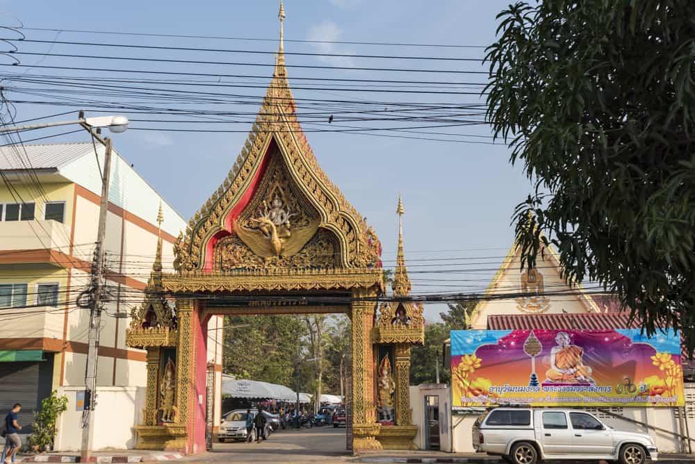 Der sonst so ruhige Eingang zum Wat Phet Wararam