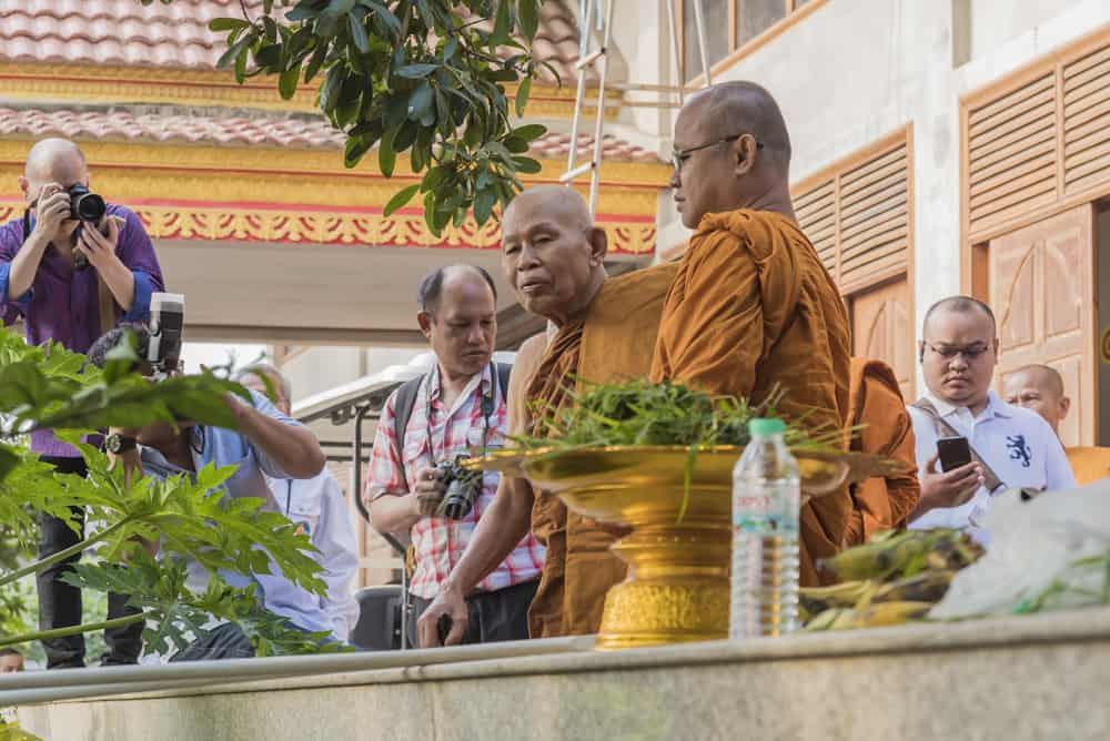 Der oberste Mönch betrachtet seine Geschenke zum Geburtstag