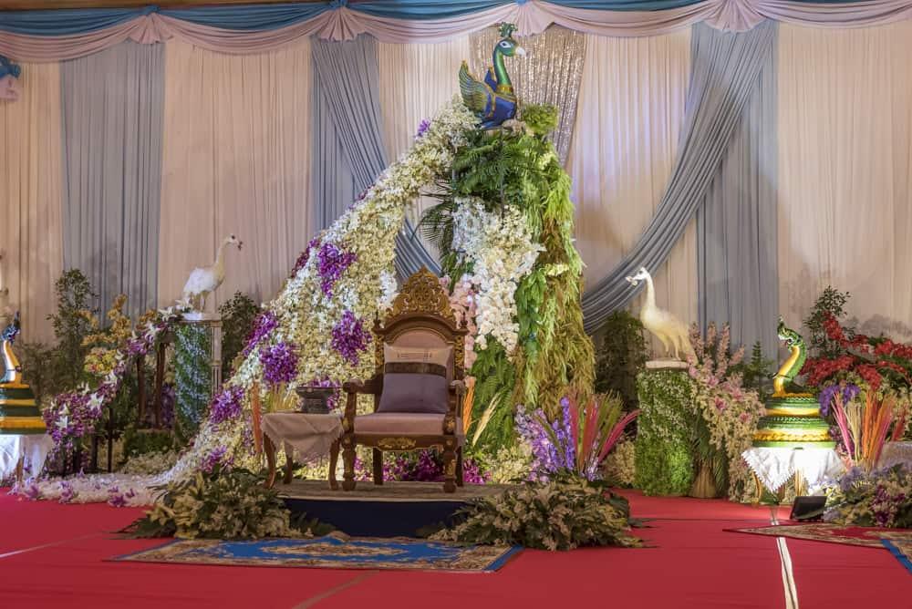 Pfauenthron zu Ehren des Geburtstages des Mönches mit prachtvollem Blumenschmuck