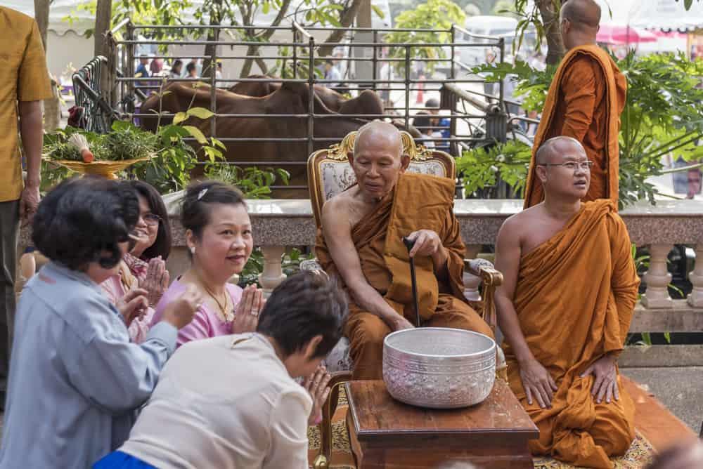 Spender bringen dem Mönch auch persönlich Geldgeschenke