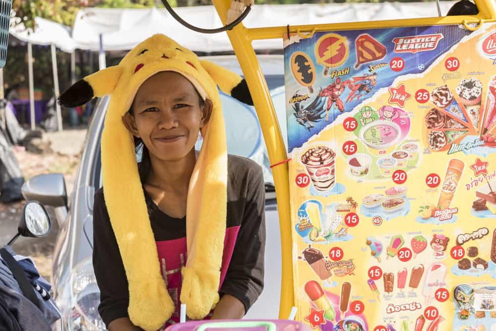 Eisverkäufererin mit lustigen Kopfschmuck