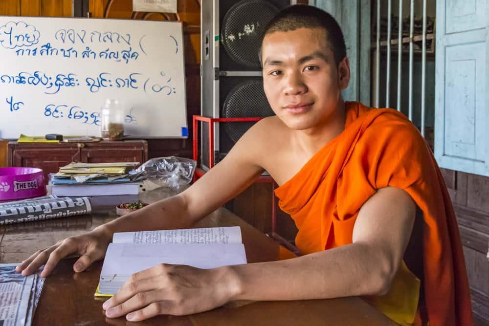 Mönch beim Studium der Schriften Buddhas