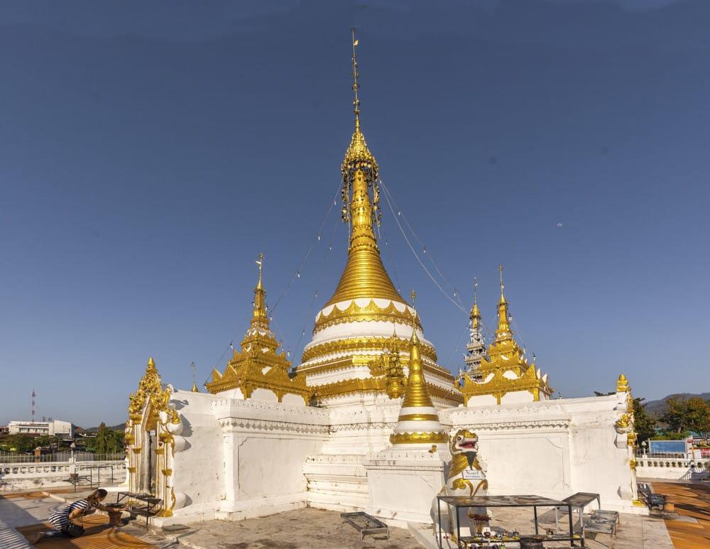 Der gold weisse Chedi von Wat Chon-Klang