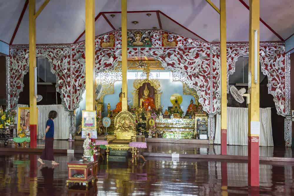 Buddha-Figur und davor der Pfauen-Thron