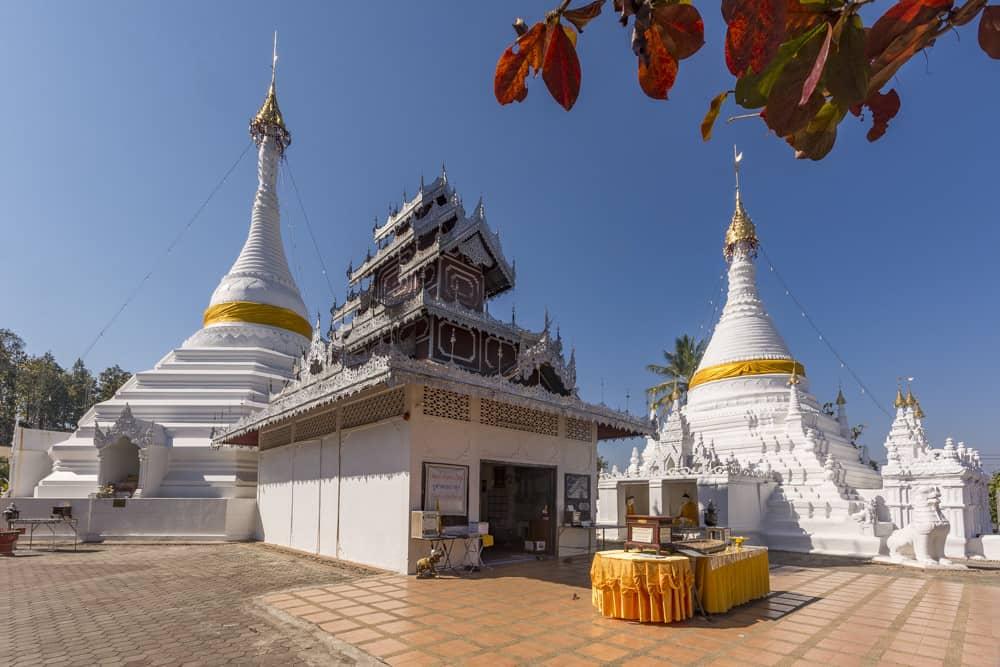 Die beiden Chedis von Wat Phra That Doi Kong Mu