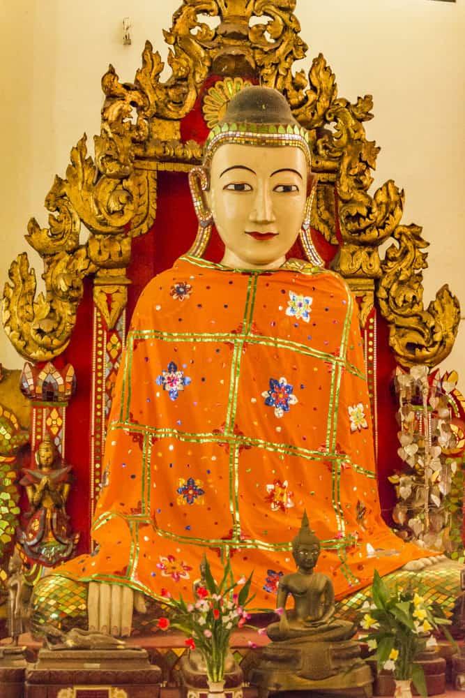 Sehr schön bemalter sitzender Buddha im Wat Phra Non