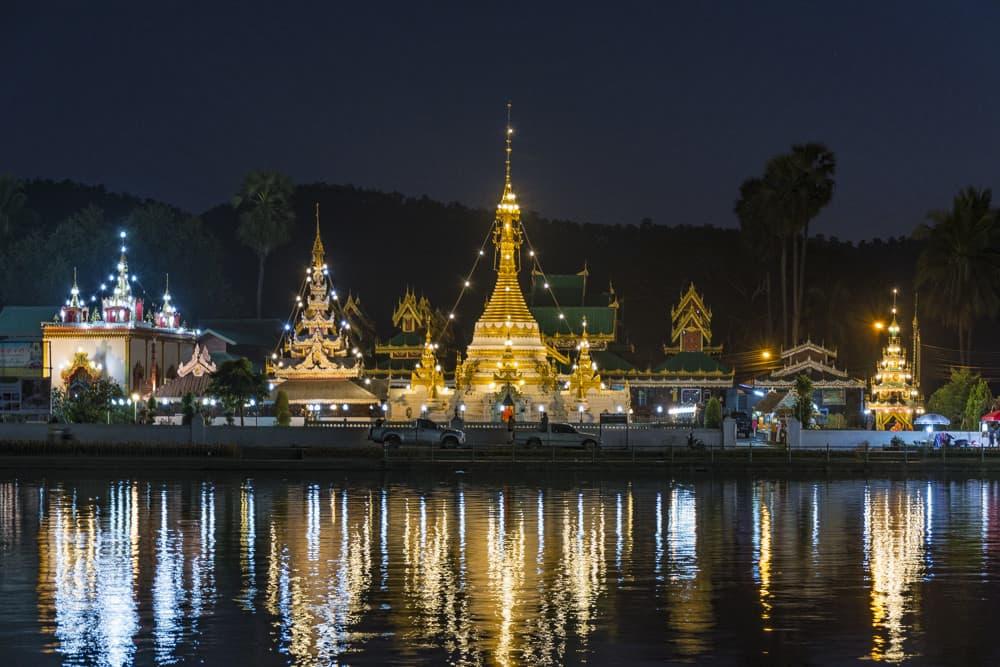 Chong Kham See bei Nacht mit den beiden Tempelanlagen