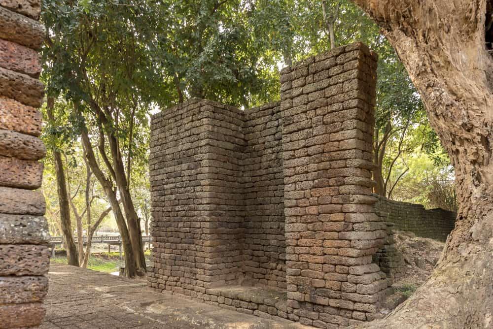 Das Tor und die grossen Einbuchtungen der Torkonstruktion aus Holz