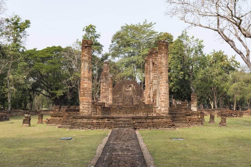 Blick auf die Vikar und den dahinter liegenden Stupa - - historischer Park Si Satchanalai