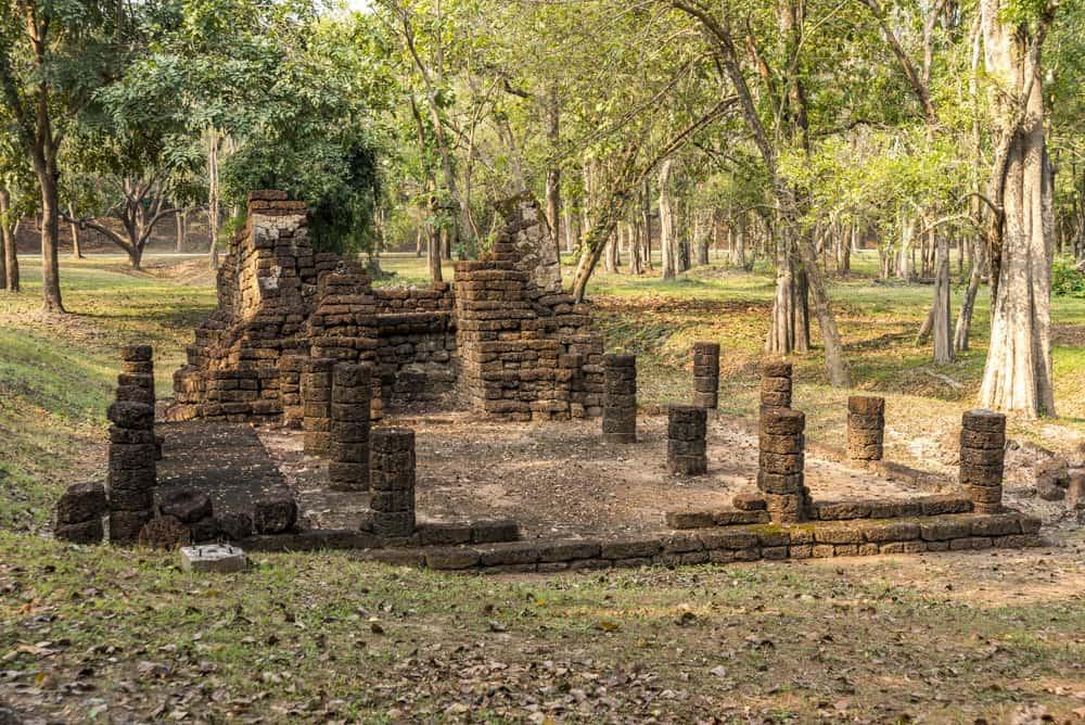 Wat Wi Han Noi das Viharn und dahinter der Steinbogen