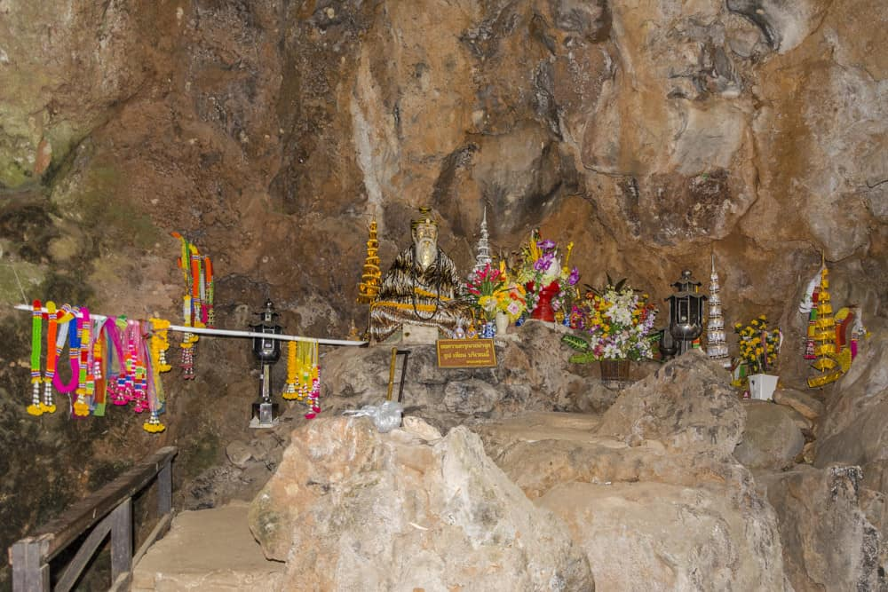Höhle mit den Bewacher der Tham Pla