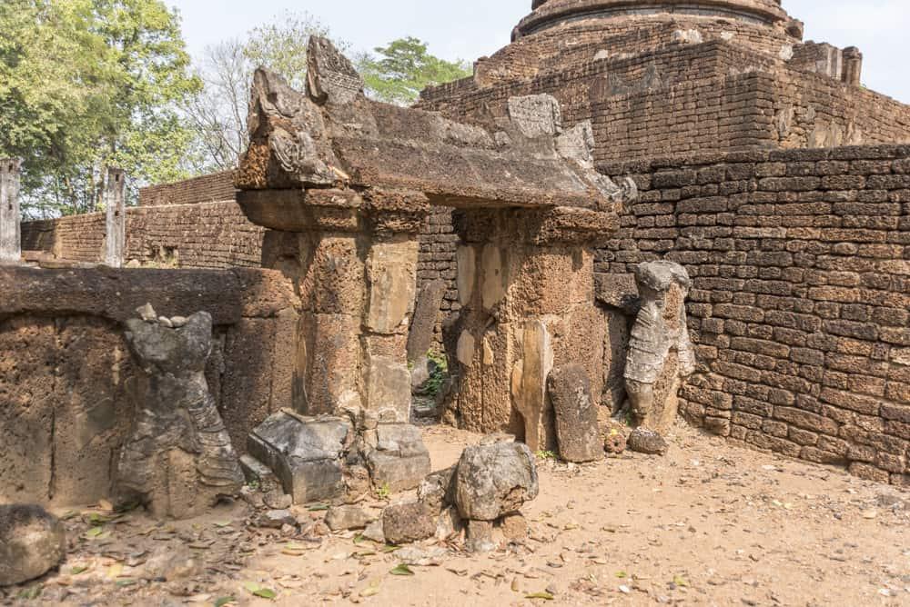 Aussergewöhnlicher Torbogen mit Buddha-Statuen
