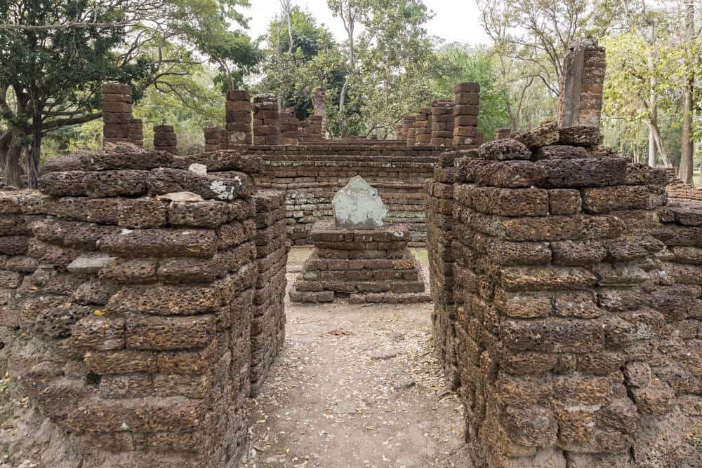 Eingangsbereich mit Bot Stein - historischer Park Si Satchanalai