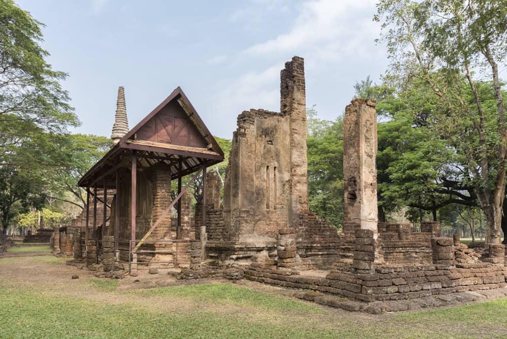 Reste der Mauern mit den Spaltfenstern - historischer Park Si Satchanalai