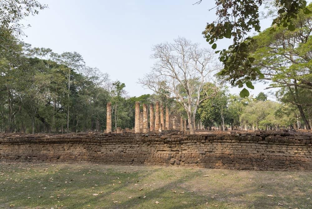 Blick auf den längste Tempel im historischen Park Si Satchanalai Wat Suan Keao Utthayan Yai