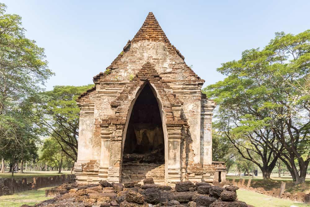Im Mandapa befindet sich der sitzende Buddha - historischer Park Si Satchanalai