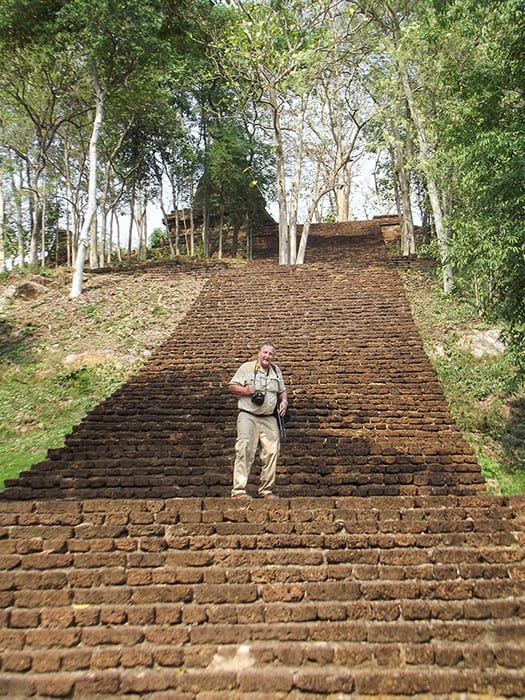 Reiner auf der Treppe mit 144 hinauf zum Wat - historischer Park Si Satchanalai