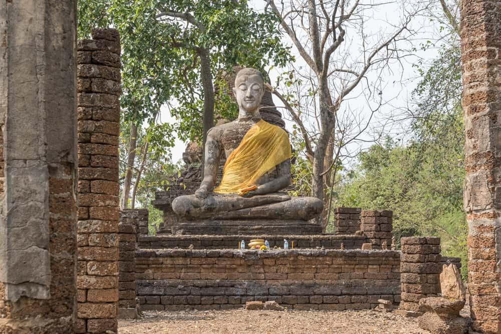Buddha Figur im Ubosot - historischer Park Si Satchanalai