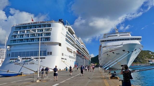 Kreuzfahrtschiffe im Hafen - Tourismus in Thailand