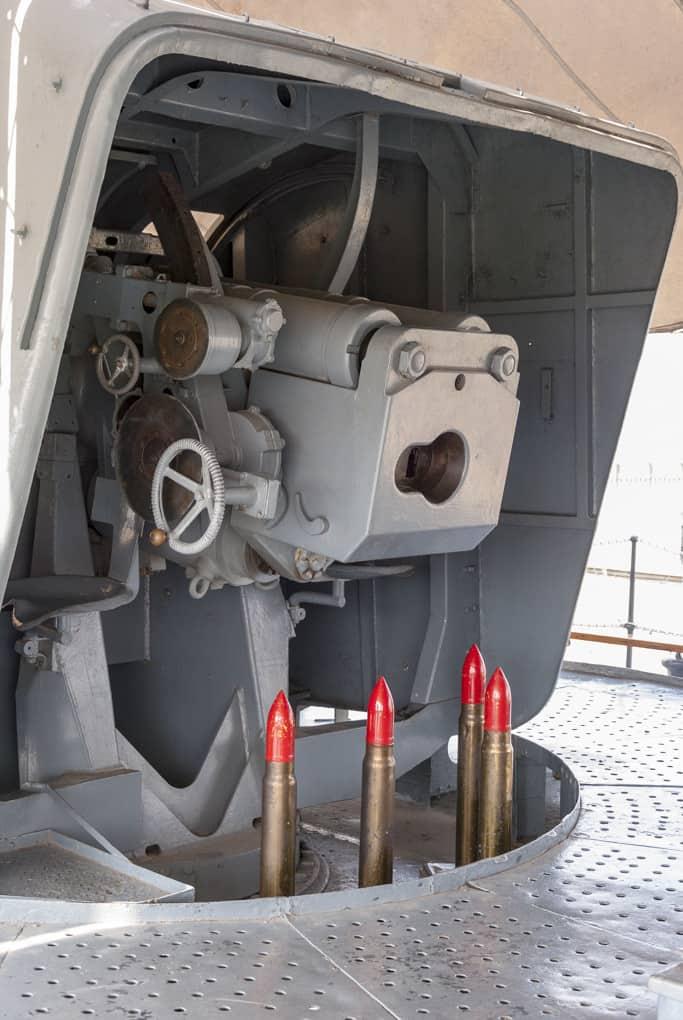 120 mm Kanone der HTMS Mae Klong mit Geschossattrappen