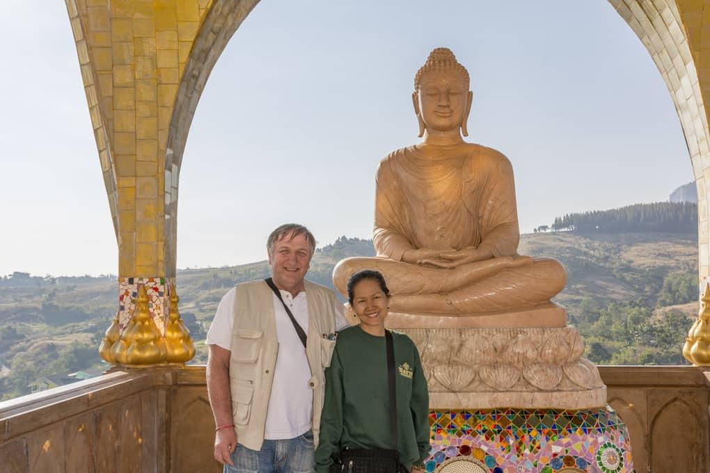 Selfie mit Freundin und Buddha im Wat Pha Sorn Kaew.