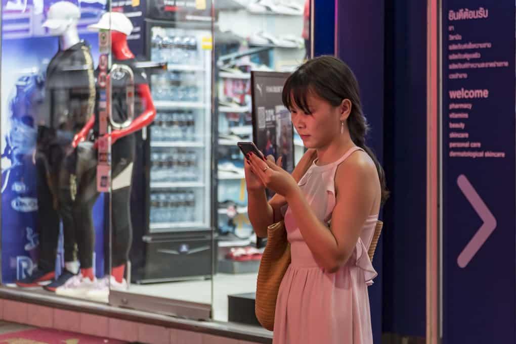 Thailänderin mit Handy