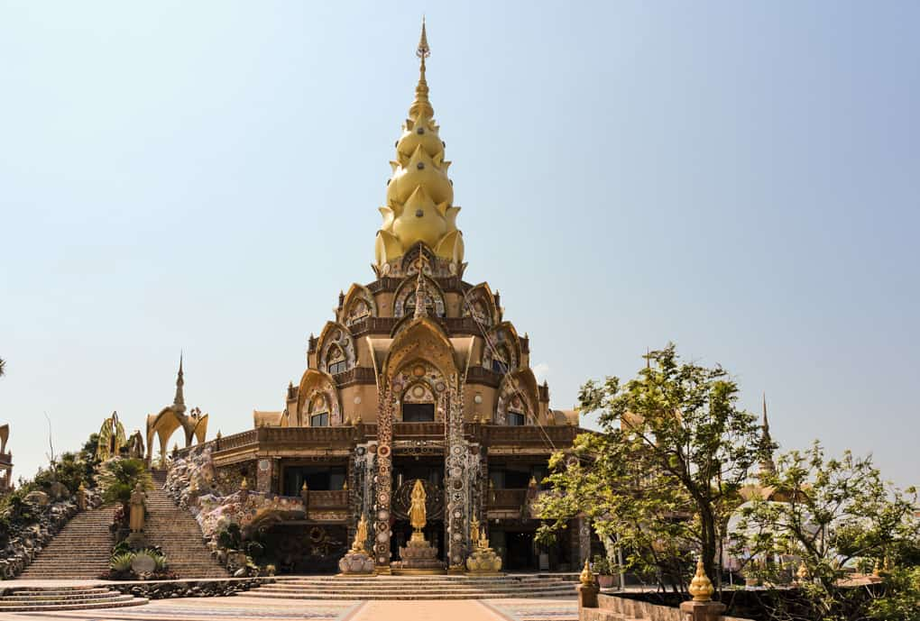 Wat Pha That Pha Son Kaeo mit millionen von Mosaiksteinen verziert