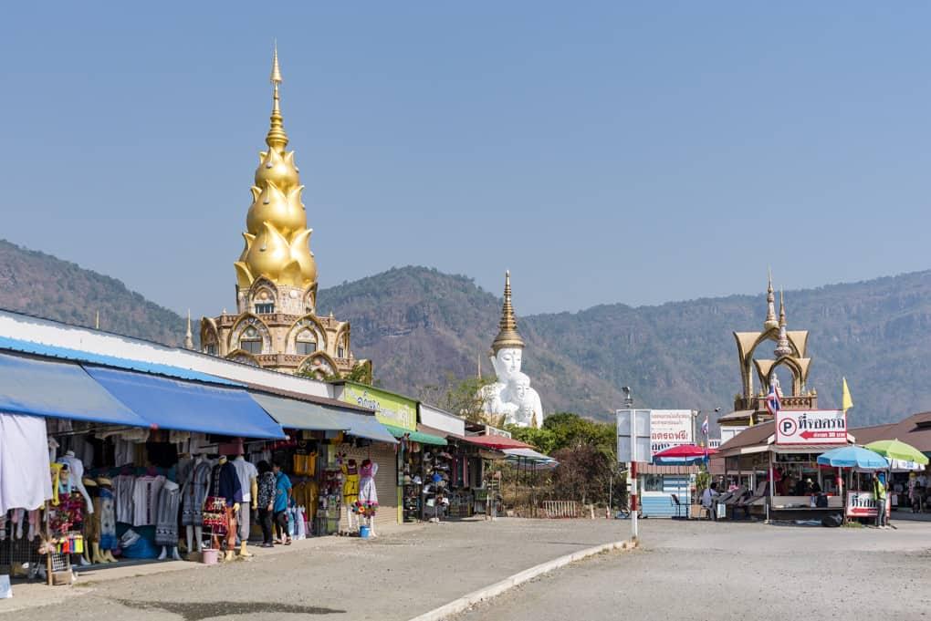 Geschäftsstrasse am Tempel Wat Pha That Pha Son Kaeo in der Region Khao Kho
