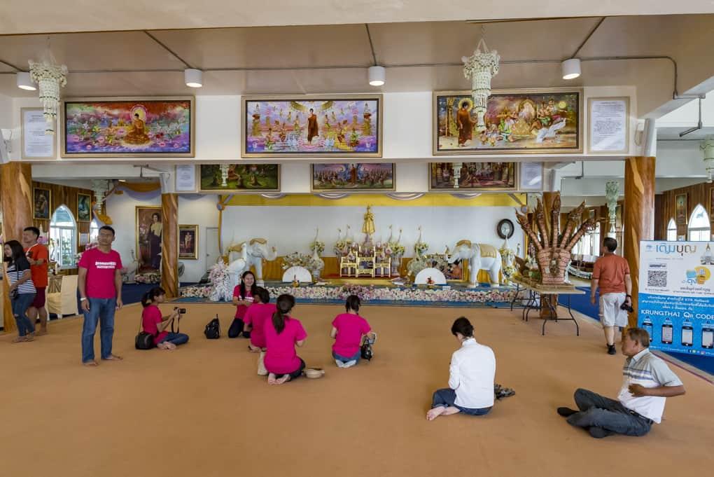 Buddha-Firgur im Untergeschoss zur Anbetung und zur Spendengabe