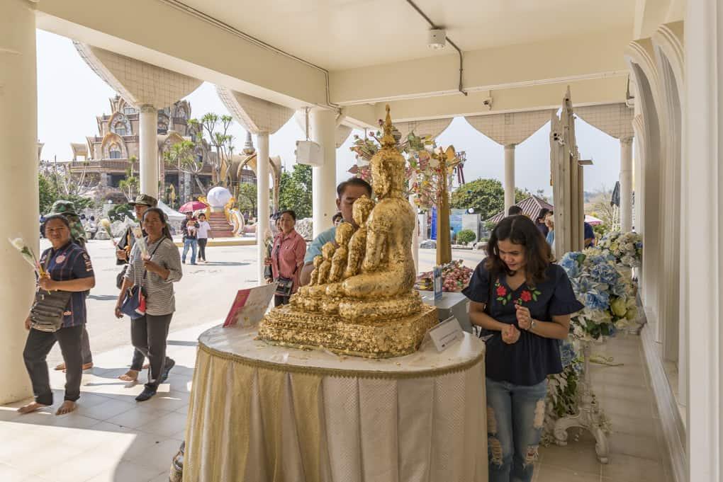 Buddha-Statue unter der Treppe zum ersten Stockwerk. Sie wird von den Gläubigen mit Blattgold verziert