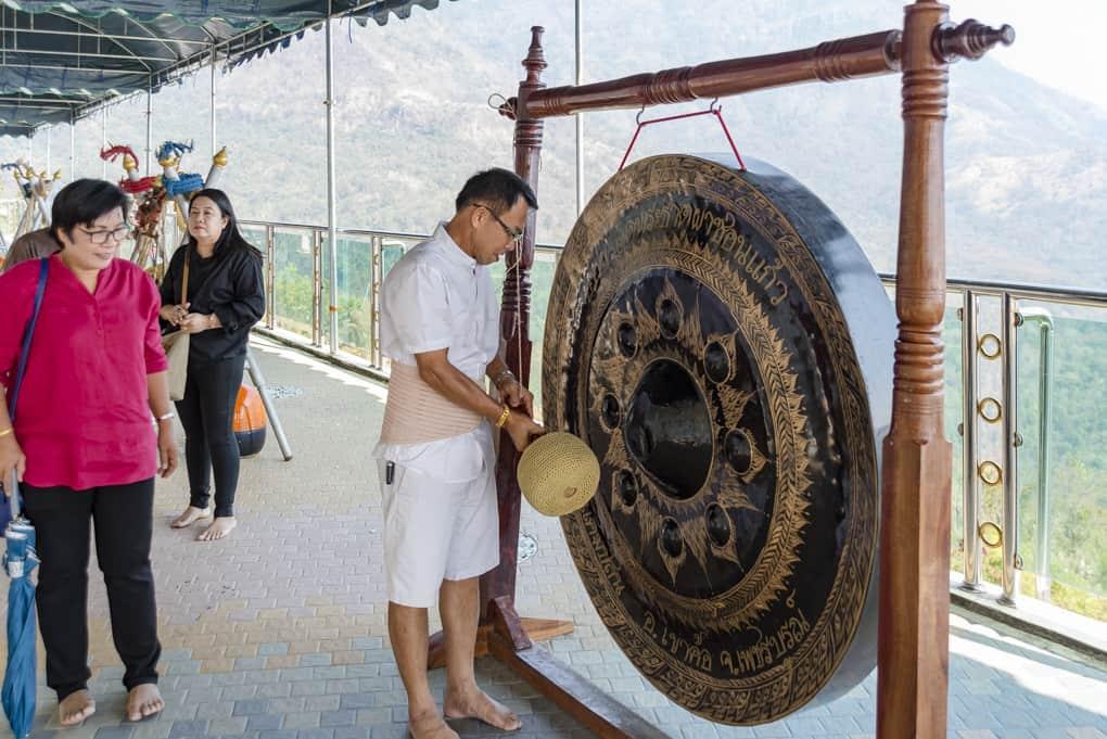 Mann schlägt den Gong