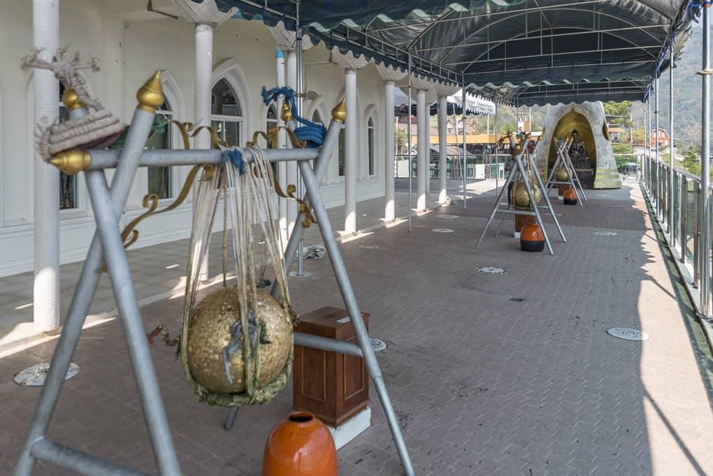 Schwere goldene Kugeln im Tempel die mit Blattgold beklebt werden