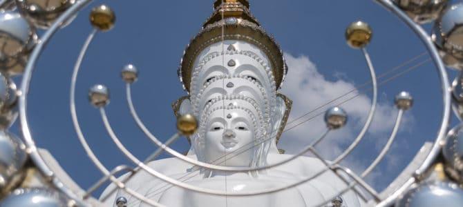 Wat Pha That Pha Son Kaeo der Tempel mit 5 weißen Buddha-Statuen